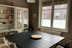 Salle à manger avec table et chaises